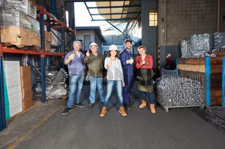 Gruppe Arbeiter in Metallfabrik