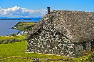 Strohgedecktes Bauernhaus bei Stein am Loch Bay, Insel Skye, Schottland, Grossbritannien