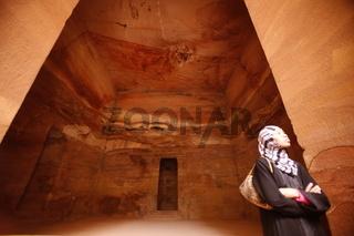 Das Schatzhaus mit sicht aus der Siq Schlucht in der Historischen Felsstadt Petra im Sueden von Jordanien