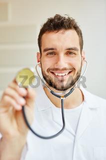 Doktor mit Stethoskop zum Abhorchen