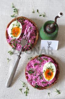 Rote Bete Brotaufstrich mit Ei und Kresse auf Vollkornbrötchen