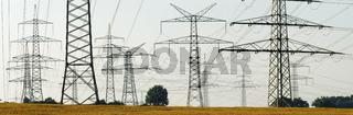 Viele Strommasten einer Hochspannungsleitung