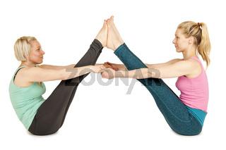 Zwei Frauen sitzen auf dem Boden