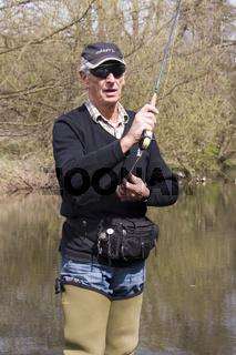 Fliegenfischer beim Auswerfen der Angel, Vulkaneifel, Rheinland-Pfalz, Deutschland, fly-fishing, fly-fischer, man, germany