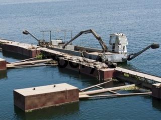 Pontonbrücke mit Schiffsbagger