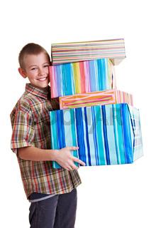 Junge trägt viele Geschenke