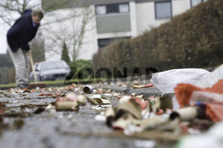 Anwohner kehrt den Müll der vergangenen Silvesternacht zusammen