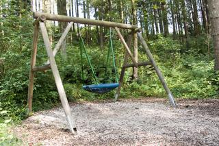 Kinderschaukel im Wald