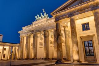 Das berühmte Brandenburger Tor in Berlin bei Nacht