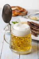 Bier im Krug und Nürnberger Bratwürste