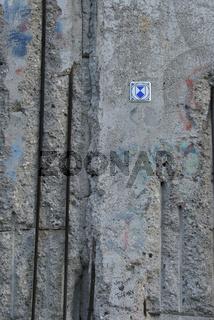 Ueberreste der Beliner Mauer mit dem Schild Denkmal.