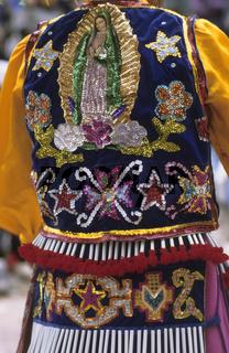 festlich geschmückter Teilnehmer in Real de Cartorce, Mexiko