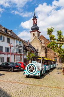 Rüdesheim am Rhein, der Rüdesheimer Winzerexpress in der Altstadt. Mai 2017.