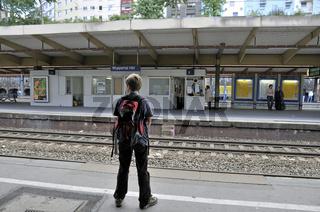 Zehnjähriger Junge wartet, Hauptbahnhof, Wuppertal, Bergisches Land, Nordrhein-Westfalen, Deutschland, Europa