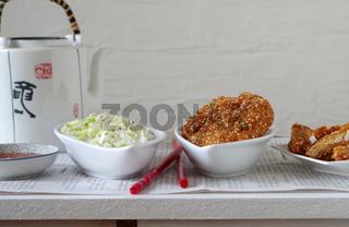 asiatisches Hühnchen mit Sesampanade, Chili Sauce und Reis-Lauch Salat
