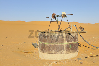 Vertikaler Zugangsschacht eines Qanats, Bewässerungssystem in Merzouga, Marokko, Afrika