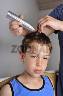 Neuer Haarschnitt - Boy is getting new haircut