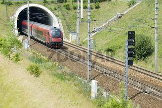 Personenzug der ÖBB auf der Westbahnstrecke bei St Pölten in Niederösterreich