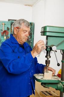 Schreiner an einer Bohrmaschine