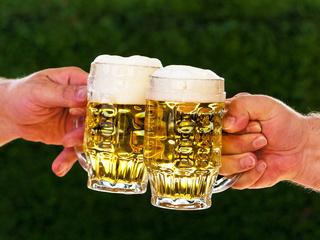 Zwei Krüge mit Bier uns Bierschaum