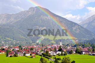 Oberstdorf mit Regenbogen, Oberallgäu, Bayern, Deutschland, Europa