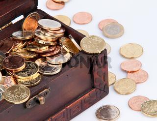 Schatztruhe mit Euro Münzen