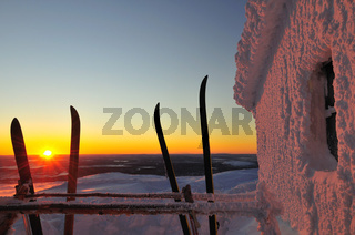 schneebeckte berghuettmit dickem rauhreif ueberzogene huette auf dem berg dundret, gaellivare, lappland, norrbotten, schweden, snowbound hut on mount dundret in swedish lapland