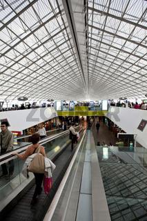 Duty Free Bereich und Wartehalle in der Abflughalle Terminal 2 für Langstreckenflüge