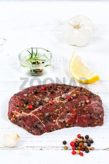 Fleisch Steak roh Rindfleisch Hochformat Holzbrett