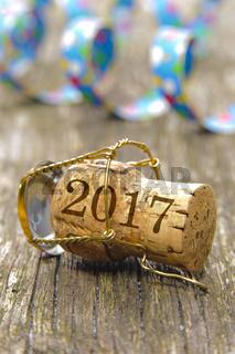 Neujahr 2017 mit Champagnerkorken und Luftschlange