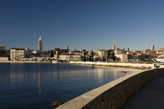 Blick über den Hafen auf die Altstadt von Rab