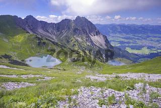 Oberer Gaisalpsee, Unterer Gaisalpsee, dahinter Gaisalphorn, 1953m, und Rubihorn, 1957m, Allgäuer Alpen, Allgäu, Bayern, Deutschland, Europa