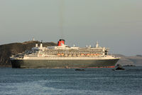 Queen Mary 2 passes lighthouse