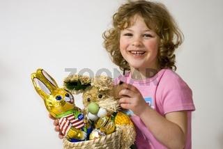Portrait eines fünfjährigen Mädchen mit Osterhase