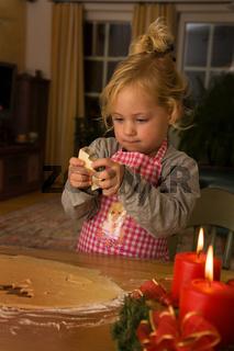 Kind bäckt zu Weihnachten im Advent Plätzchen