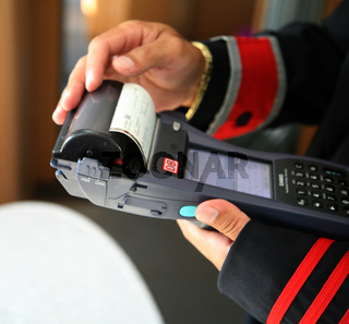 Zugchef stellt im ICE 582 (ICE 1 redesign) Fahrkarte aus