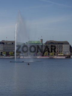 Hamburg, Deutschland - 22. 04. 2018: Sonniger Tag im Frühling an Alster in Hamburg, Deutschland mit vielen Menschen, die die Sonne genießen.