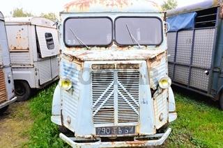 alter rostiger Transporter