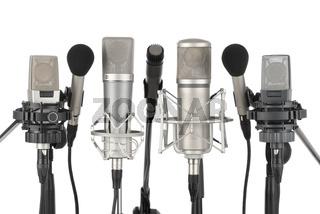 Reihe aus sieben Mikrofonen