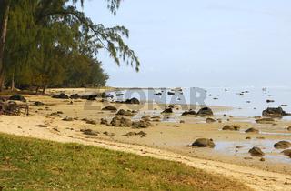 Naturbelassene Küstenlinie des Indischen Ozeans bei Ebbe