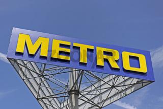 Werbeschild und Logo der Firma Metro