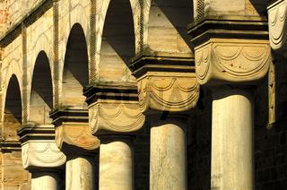 Rundsäulen mit romanischem Würfelkapitell