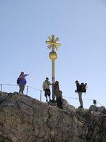 Wanderer am Gipfelkreuz der Zugspitzkreuz, Bayern,