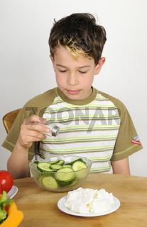 Salat zubereiten - Boy making a salad