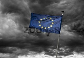 Europäische Flagge vor dramatischem Himmel