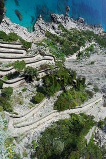 Steilhang mit Serpentinenweg auf Capri