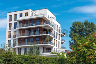 Moderner Wohnblock mit Bäumen in Berlin