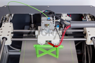 3d Drucker mit hell grünem Filament