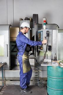 Arbeiter an der CNC-Maschine