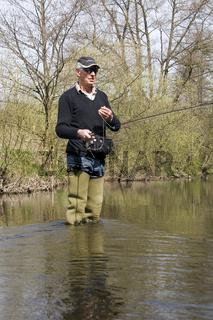 Mann beim Fliegenfischen, Vulkaneifel, Rheinland-Pfalz, Deutschland, man is fly-fishing, germany